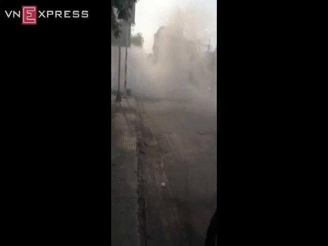 Xe hơi bốc cháy, khói bay phủ kín cả một vùng Sài Gòn