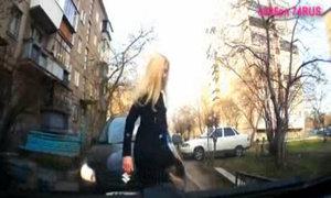 Người đẹp tóc vàng tung cước vào xe đối thủ