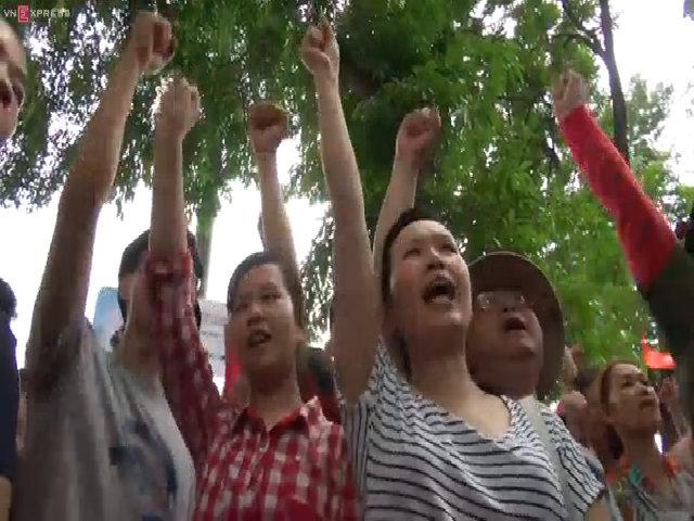 Người dân Hà Nội xuống đường phản đối hành động của Trung Quốc