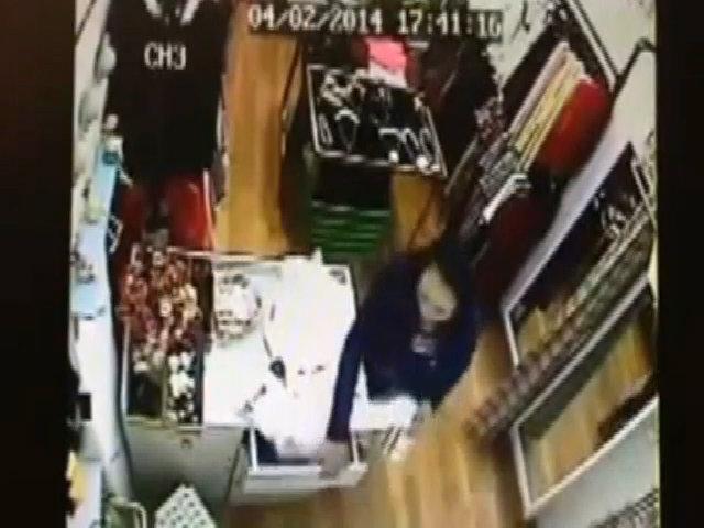 Quý bà vào shop trộm ví tiền nhanh như chớp ở Hà Nội