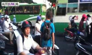 Anh Tây liều mạng đi bộ qua đường Sài Gòn