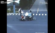 Bay mũ bảo hiểm, đập đầu xuống đường khi va chạm