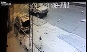 Chạy trốn cảnh sát, ôtô đâm trúng bé gái trên hè