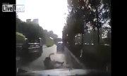 Người đi xe máy từ trên trời rơi xuống