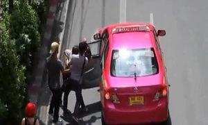 Người biểu tình ba ngón tay ở Thái Lan bị bắt