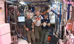 Phi hành gia đá bóng trên vũ trụ mừng World Cup