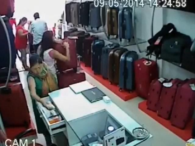 Quý bà trộm nắm tiền trong shop dấu vào ngực