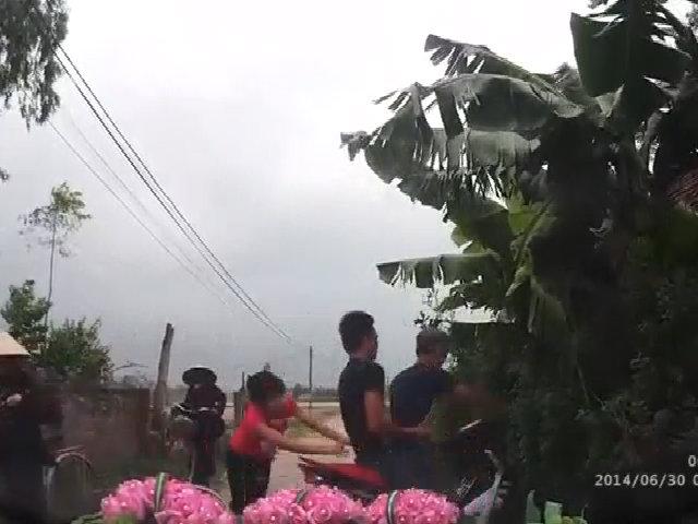 Tạt đầu ô tô, 3 thanh niên lao vào bụi
