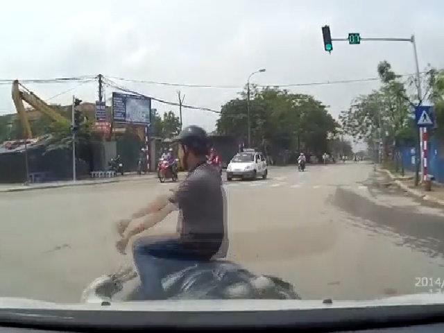 Thanh niên đi xe tay ga vượt đèn đỏ bị ôtô đâm ngã