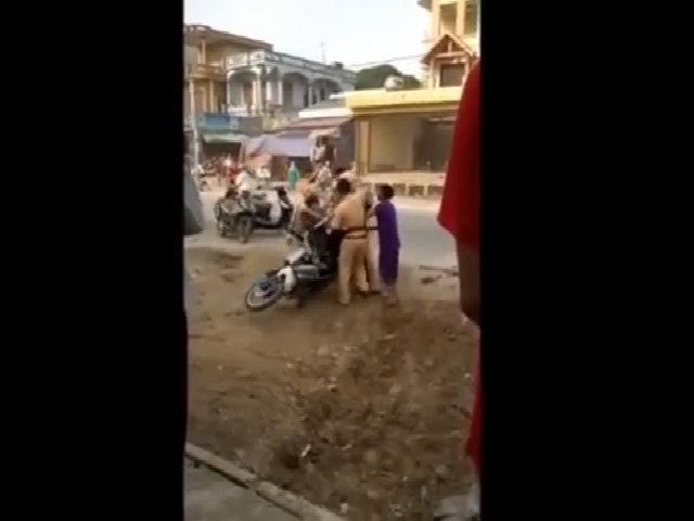 4 cảnh sát giao thông quật ngã nam thanh niên giữa đường
