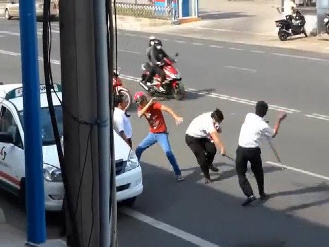 """Tài xế Vinasun cầm """"đồ nghề"""" đánh nhau gây náo loạn trên phố"""