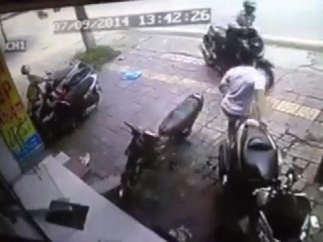 Trộm SH bất thành, tên trộm bị tung cước ngã lăn quay ra đất