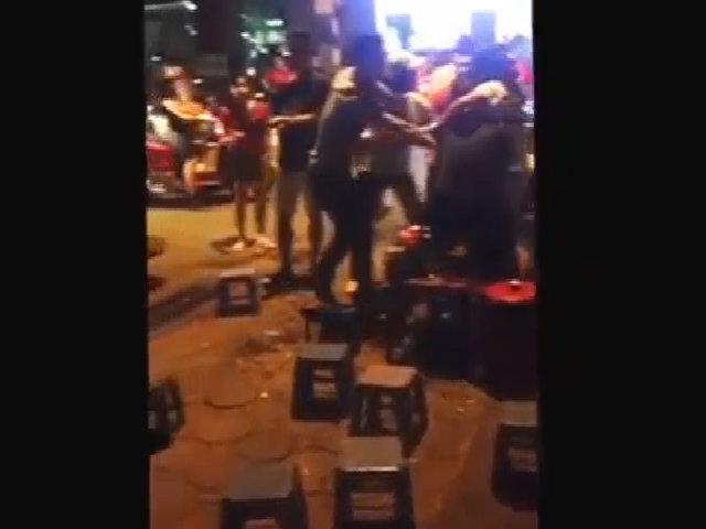 Thanh niên hỗn chiến ở quán trà đá vỉa hè Hà Nội