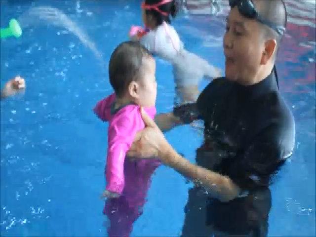 Trẻ nhỏ tập bơi
