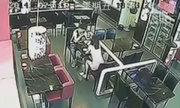 Cô gái túm tóc và ném đĩa cơm vào mặt bạn trai