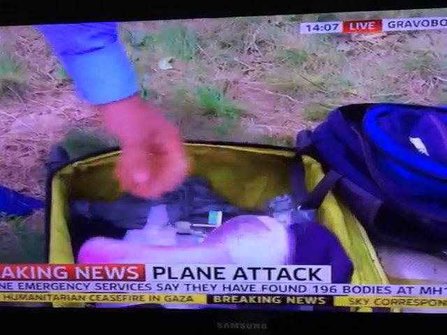Phóng viên Sky News lục đồ của nạn nhân MH17
