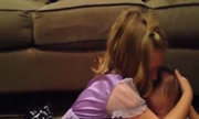 Bé gái khóc nức nở không muốn em trai lớn lên