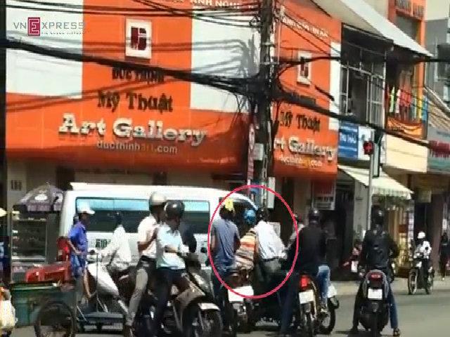 Video dàn cảnh móc túi trắng trợn giữa phố Sài Gòn