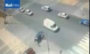 Hai em bé an toàn sau khi bay ra khỏi ôtô trong vụ tai nạn