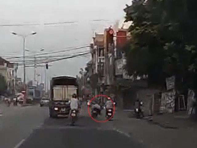 Thanh niên đi xe máy đâm đuôi xe tải ngã bay như phim