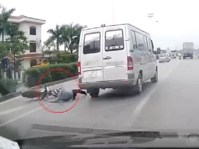 Vượt đèn đỏ, nam thanh niên suýt chết trước Mercedes