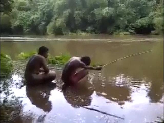 Đừng câu cá khi có bạn thân phía sau