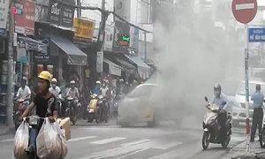 Taxi cháy khi đang chở 3 hành khách