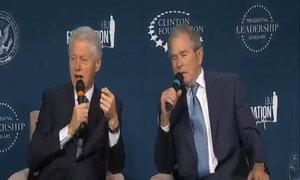 Bill Clinton, George Bush trêu đùa nhau trước khán giả