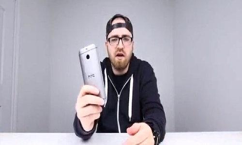 HTC One M8 bị uốn cong