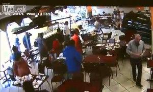 Ôtô lao thẳng vào nhà hàng đông khách