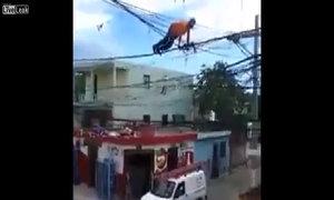 Thanh niên liều mạng tập chống đẩy trên dây điện