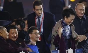 Putin khoác áo cho đệ nhất phu nhân Trung Quốc