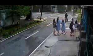 Đè ngã thiếu nữ để cướp điện thoại trước mặt bạn bè