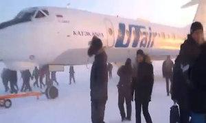 Hành khách đẩy máy bay di chuyển trong cái lạnh -52 độ