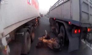 Thoát chết khi ngã sát hai chiếc xe tải
