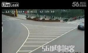 'Trâu điên' đuổi người trên phố