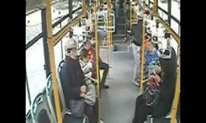 Trèo cửa sổ xe bus vì muộn giờ làm