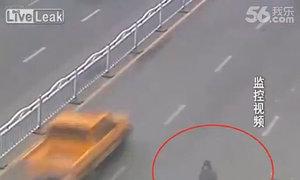 Cô gái thoát chết khi lao đầu vào xe bus tự tử