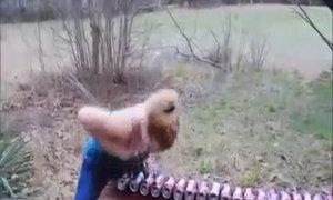 Thiếu nữ đập vỡ lon bia bằng ngực