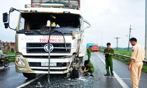 Xe tải đâm ôtô chở kỹ sư, gần 20 người bị thương