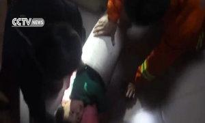 Giải cứu em bé bị kẹt trong máy giặt