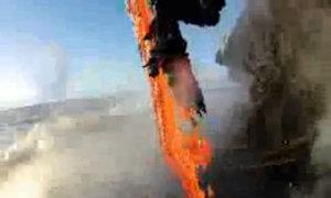 Dung nham trào xuống biển