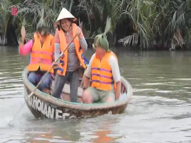 Du khách thích thú làm ngư dân, lắc lư trên thuyền thúng