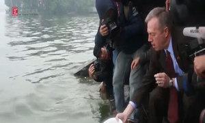Đại sứ Mỹ thả cá chép tiễn ông Táo chầu trời