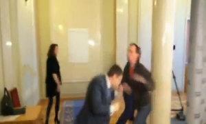 Nghị sĩ quốc hội Ukraine đánh nhau chảy máu