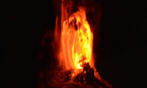 Núi thức giấc phun dòng lửa đỏ sáng màn đêm