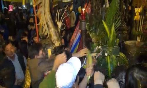 Chen lấn cướp lộc ở đền Trần