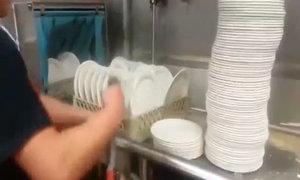 Người thanh niên rửa bát đĩa điêu luyện