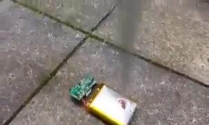 Pin điện thoại nổ tung khi bị chọc dao