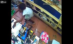 Bé gái trộm điện thoại trong cửa hàng